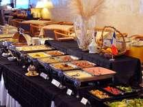 朝食は朝の光あふれるレストランで、和洋約60種のブッフェを心ゆくまで。地のお野菜も登場します♪