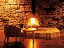 寒くなってきたら火が入るメインロビーの暖炉。の画像