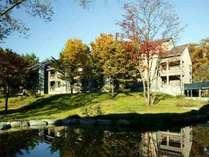 紅葉が美しい秋の外観。四季折々の自然の表情もシェラの魅力の1つです。