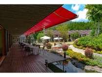 北アルプス、栂池を臨む中庭にひらけたテラス席でご朝食やランチもお楽しみいただけます。