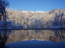 大浴場からの冬景色。源泉かけ流し温泉に浸かりながら、小蓮華山を一望できます。