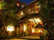 *夕闇に浮かぶ双美荘です。川沿いにあり、マイナスイオンいっぱいです。