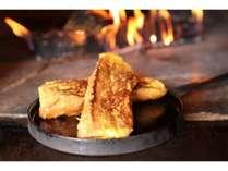 ご朝食は窯焼きフレンチトースト、又はベーグルサンドをご用意いたします。(選択は出来ません)