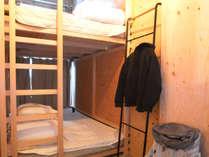 二段ベッドが入ったコンパクトな個室になります