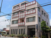 【外観】富士山を背にした静寂な地に立地した90年以上の歴史ある旅館です。