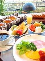 明るい日差しのレストラン、温かい朝食と淹れたてのコーヒーでリフレッシュ!