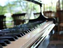 ダイニングにある自動演奏ピアノがムードを引き立てます♪