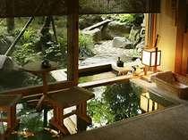 【桂の間】専用庭に面した檜の温泉露天風呂