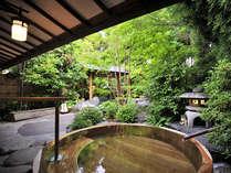 *【上の湯 露天風呂】緑豊かな景色を見ながら、半身浴もお楽しみ頂けます。