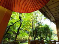 ■「ロビー」前に広がる四季の移ろい豊かな庭園