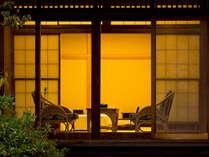 ■「離れ 貴賓室」庭園よりお部屋の広縁を望む