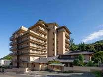 旅館外観。8階建ての本館と数寄屋造りの離れ。