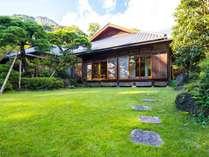 庭から望む離れ貴賓室。目の前に四季の移ろい豊かな日本庭園が広がります。