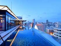 プールから那覇の夜景が一望できます!