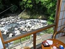 部屋からは、四季折々で変化する早川渓谷美をご覧頂けます(WiFi無料)
