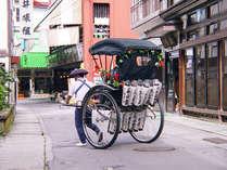 歴史ある肘折温泉の町並みを走る人力車