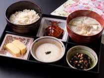 からだに美味しい日替わり和定食。3種類のお惣菜で、朝からボリュームたっぷり!