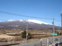 ホテルから見える浅間山。軽井沢など観光スポットへアクセスが便利です。