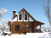 雪に包まれたログハウス、 純白の雪と丸太小屋は貴方の心も純白にしてくれることでしょう。