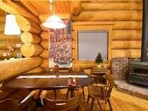 薪ストーブの炎と一緒に、クリスマスを満喫できます!