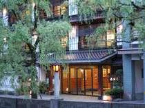 当館は、城崎温泉のメインストリート、柳並木沿いにあります。