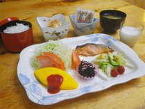 *朝食一例/和食中心の内容です。牛乳は地元産の「榛名牛乳」♪