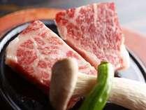 【夕食】さっと石焼きにした豊後牛をほおばると程よい旨みが口いっぱいに広がります。