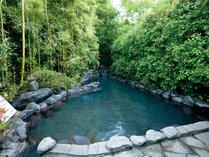 竹林の中にある庭園露天風呂
