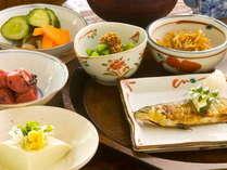 【朝食】愛情込めて育てられた地元の野菜たちを使い、朝はホッとするような日本の朝ごはんをお出しします。