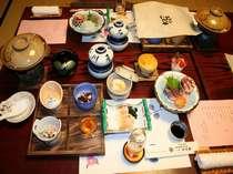 【季節の会席一例】地元で仕入れた野菜や浜田漁港で仕入れたしまねの食材をふんだんに使用した会席料理。