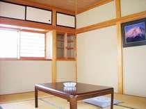 和室の一例です。部屋毎に富士山の写真が飾られてあり、風情を楽しむことができます。