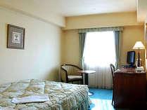 デラックスシングルB ティーテーブル付きのセミダブルベッドのお部屋です。