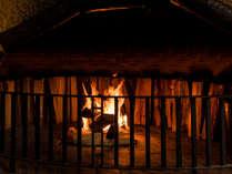 パチパチと音を奏でる暖炉の傍でゆったりしたひとときを。