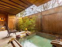 露天風呂付客室『あやめ』広めの露天風呂はもちろん源泉掛け流しです。