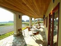[写真]コンセプトは那須高原のバルコニー。オープンテラスは二人のためのとっておきの場所。