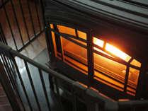 寒い時期はロビーでペレットストーブが稼働します