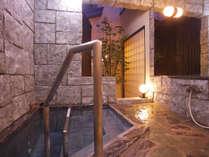 【貴宝石立湯】温泉と貴宝石とシルキーバブルで美肌効果抜群(最大深さ120センチ)