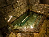 【貴宝石立湯】温泉と貴宝石とシルキーバブルで美肌効果抜群。源泉かけ流し。