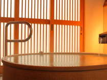 【金の湯】源泉かけ流しの信楽焼の露天風呂