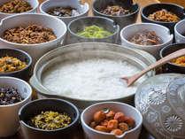 【朝食ブッフェ・お粥】佃煮、料理長手作り鹿肉のそぼろなどなど数種類のトッピングをご用意!