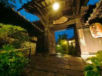 創業昭和5年からみどり荘を見守り続ける正門をくぐると、緑豊かで広大な敷地が広がる