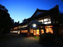 【外観】木造2階建ての当館は柱や梁をそのまま残す。築100年の旅館です。