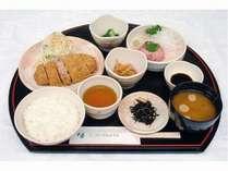 無料夕食 日替定食例 とんかつとネギトロ定食