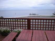 ウッドデッキ ☆一面の日本海が眼の前に。海岸まで徒歩数分。