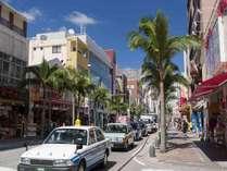 【国際通り(徒歩9分)】お土産屋や飲食店が立ち並ぶ人気スポット