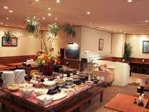 朝食和洋バイキング。沖縄郷土料理も豊富にご用意。