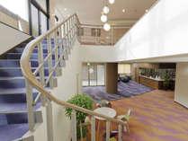 [フロント・ロビー]吹き抜け階段がある開放的な空間です