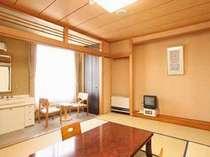 応接セットも床の間も洗面、トイレもあるゆったりとした広さの和室