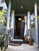 玄関 ようこそゲストハウスたむらへ ここで靴を脱いでください。