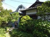 前庭と玄関 和洋折中のちょっと変わった建物です。